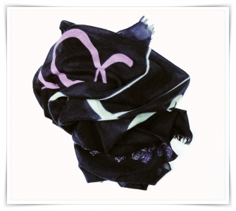 Cashmere scarf with calligraphy print