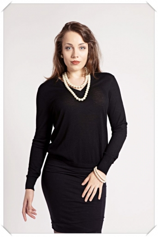 Black Cashmere v-neck by Asneh