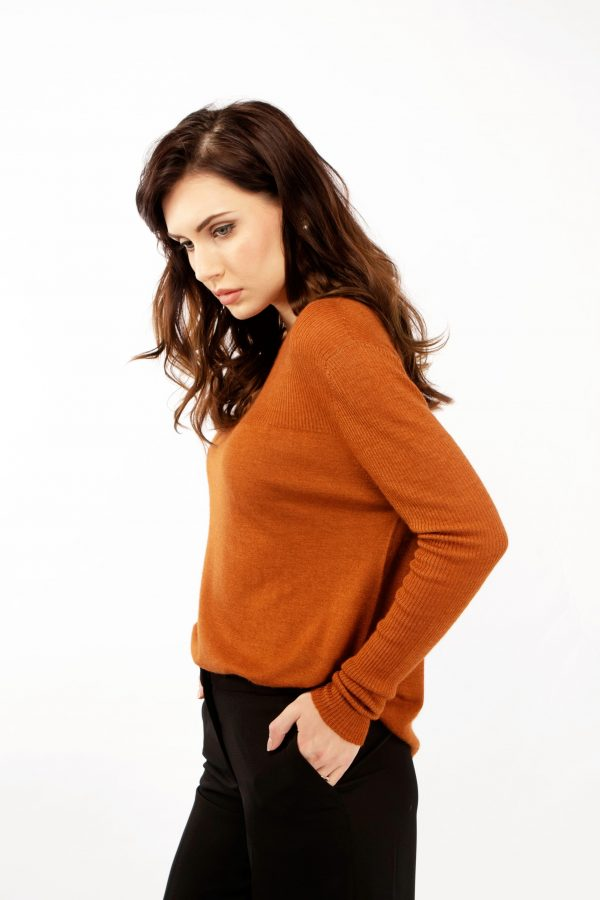 Leather brown fine knit cashmere sweater with rib knit by Asneh